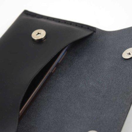 Pochette plate noire en cuir à mettre à la ceinture