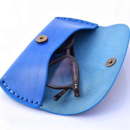 Etui à lunettes en cuir bleu clair